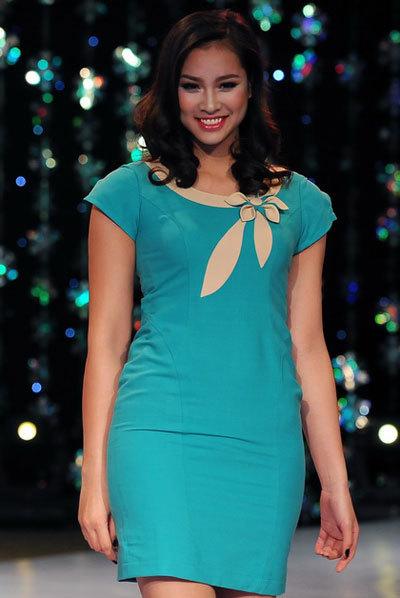 Vương Thu Phương giản dị váy công sở