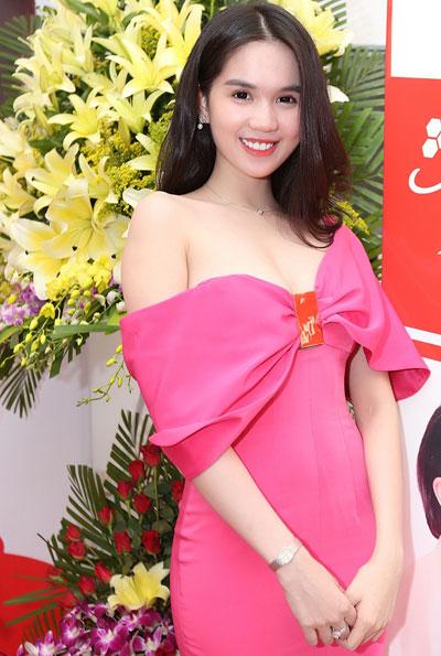 Ngọc Trinh gọi cảm với váy 'buông lơi vai trần'