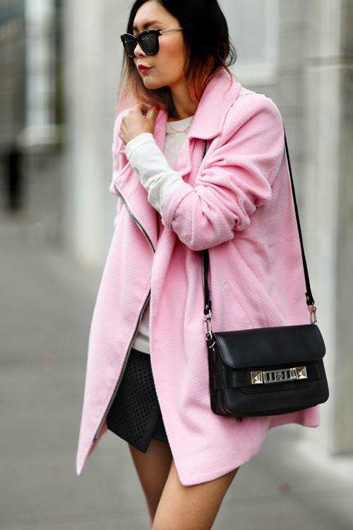 Áo khoác màu hồng khiến nữ công sở trẻ ra chục tuổi