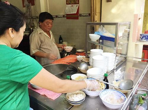 Thưởng thức hủ tiếu cá ở quán 60 năm vẫn đông khách ở Sài Gòn