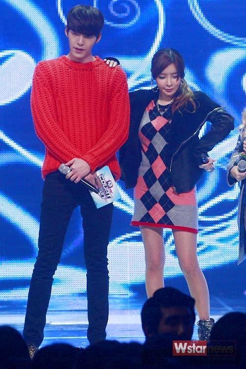 Rực rỡ cùng trang phục mang sắc đỏ như sao Hàn