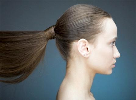 10 Thói quen xấu khiến mái tóc dài suông mượt của bạn gái trở nên xơ xác gãy rụng