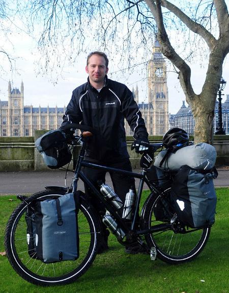 Chàng bác sĩ nhiều năm đạp xe khắp thế giới để cứu người
