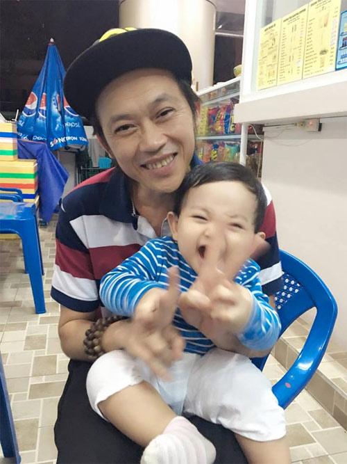 Con trai Khánh Thi cười tít mắt siêu đáng yêu