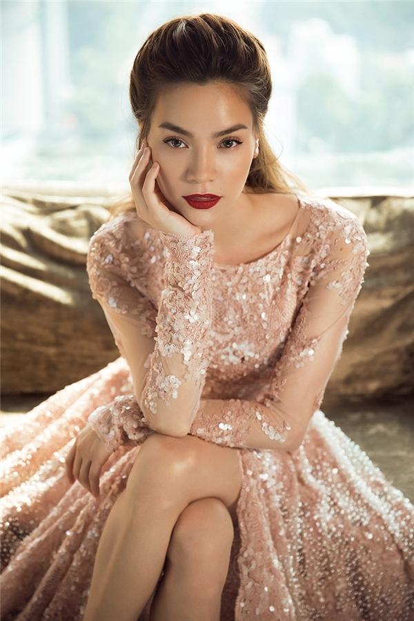 Đọ váy đính ngọc trai màu hồng của Hồ Ngọc Hà