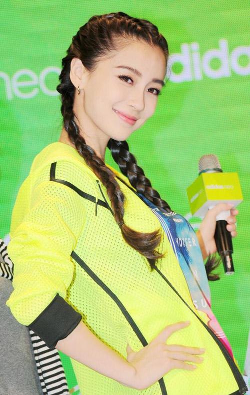 Huỳnh Hiểu Minh làm trợ lý đưa Angela Baby đi Event
