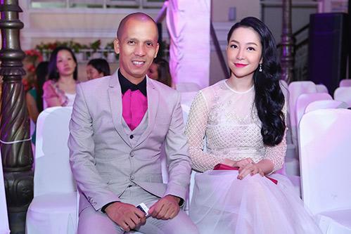 Linh Nga đẹp mặn mà, thân thiết bên Minh Tâm Bùi saxophone