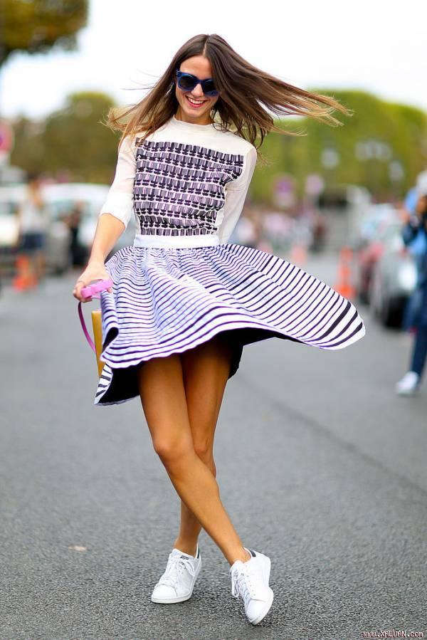 Mix giày thể thao với váy đầm cá tính cho cô nàng công sở