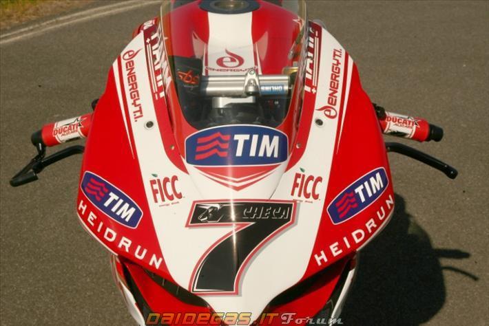 Mô tô Ducati 1199 Panigale trên đường đua
