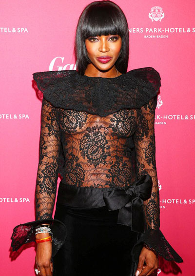 Naomi Campbell mặc áo ren xuyên thấu