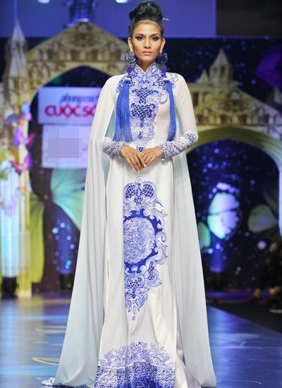 Người đẹp Trương Thị May catwalk với áo dài họa tiết gốm sứ