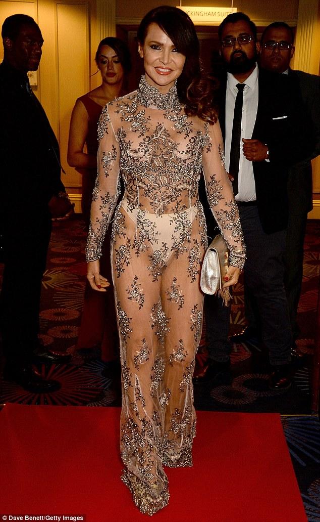 Người mẫu Anh Lizzie Cundy mặc như không trên thảm đỏ
