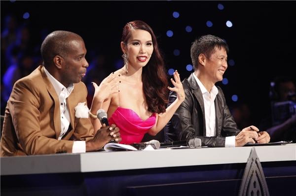 Siêu mẫu Hà Anh chỉnh thí sinh ngay trên sóng trực tiếp