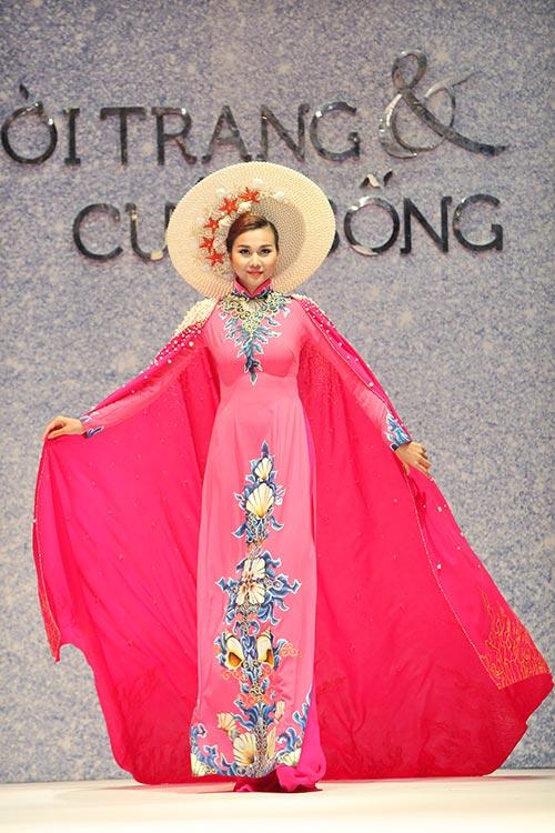 Siêu mẫu Thanh Hằng kiêu sa lộng lẫy với tà áo dài trên sàn diễn