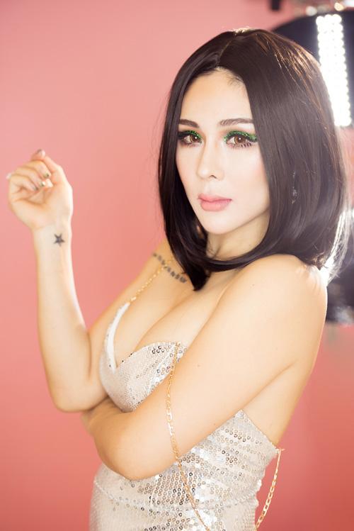 Tina Lê sexy chơi tiệc đêm hè với đôi mắt nhũ lấp lánh
