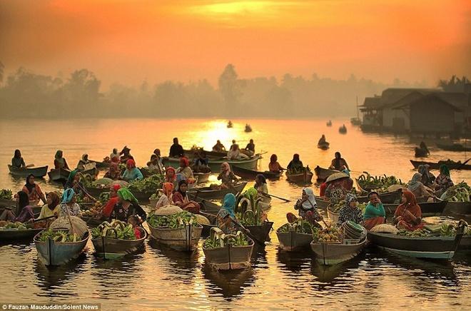 Vẻ bình yên của chợ nổi Indonesia của nhiếp ảnh gia Fauzen Maududdin
