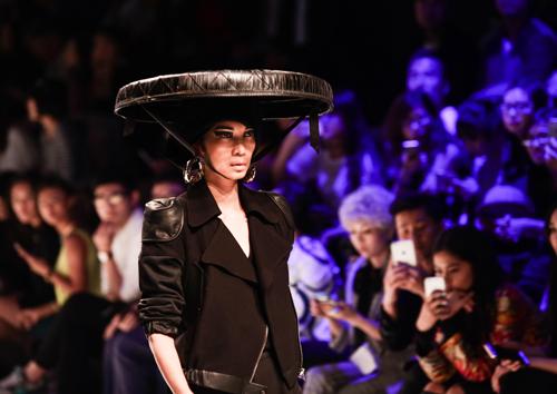 Xuân Lan đội nón quai thao tái xuất sàn catwalk