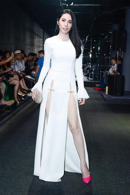 1001 kiểu váy xẻ cao gây 'tức' mắt của mỹ nhân Việt