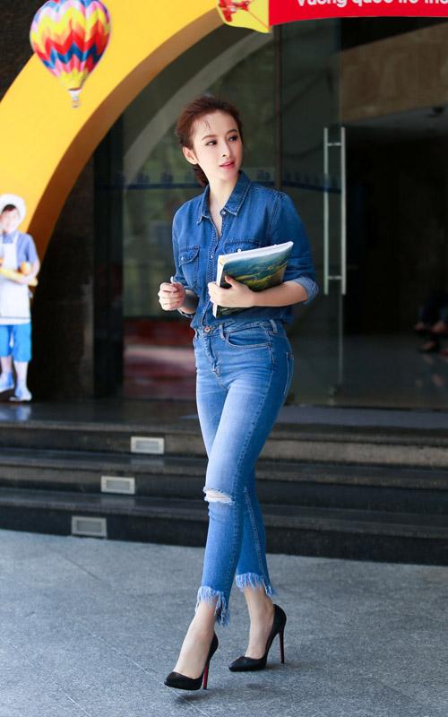 Angela Phương Trinh, Thanh Hằng khéo chọn màu dịu mắt