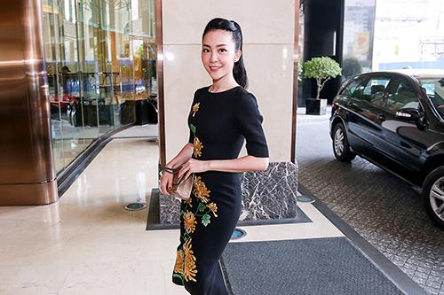 'Chim công làng múa' Linh Nga nổi bật với váy thêu hoa cúc cao quý