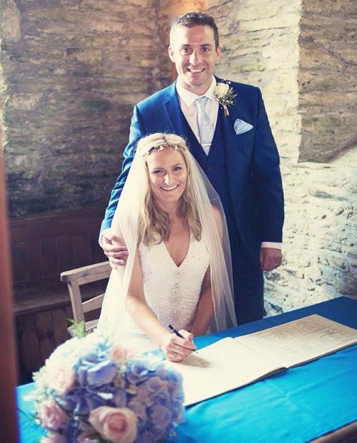 Cô dâu phát hiện ung thư nhờ cái ôm của chồng