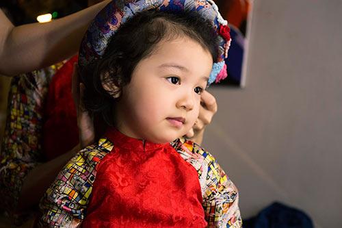 Con gái Jennifer Phạm đáng yêu khi mặc áo dài đôi cùng mẹ