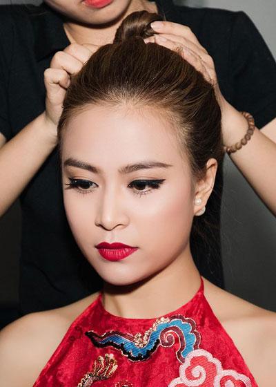 Hoàng Thùy Linh trang điểm đẹp với đôi mắt sắc sảo