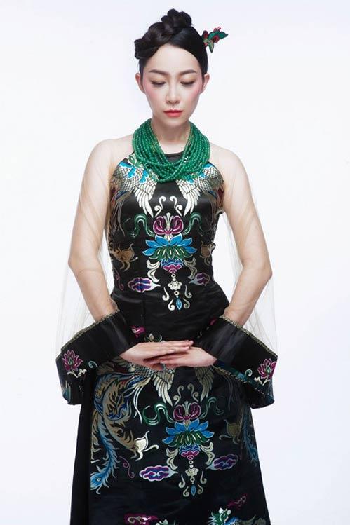 Linh Nga đẹp quyền quý, đài các với áo dài