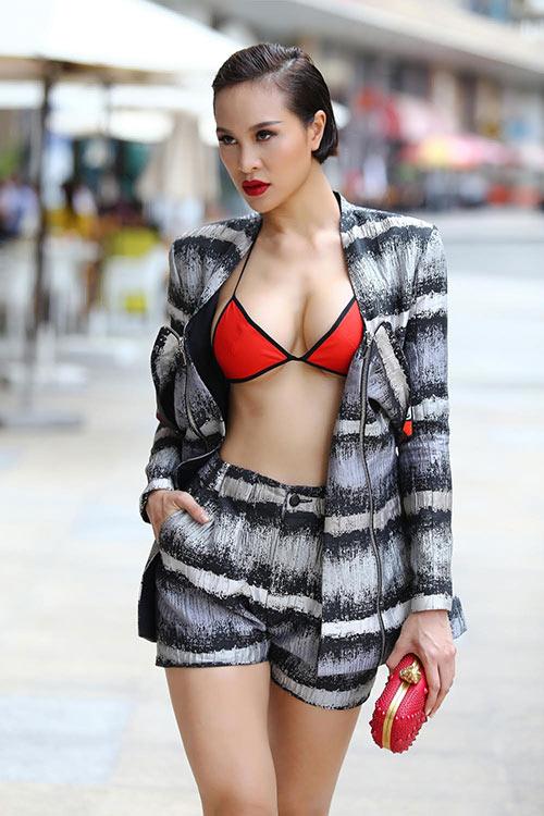 MC Phương Mai táo bạo diện bikini xuống phố