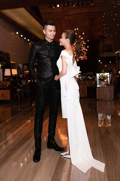 Ngắm cặp đôi Thùy Linh - Vĩnh Thụy quấn quýt không rời trong sự kiện