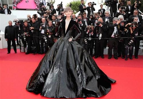 Ngắm lại 15 bộ cánh 'đỡ không nổi' trên thảm đỏ Cannes 2016