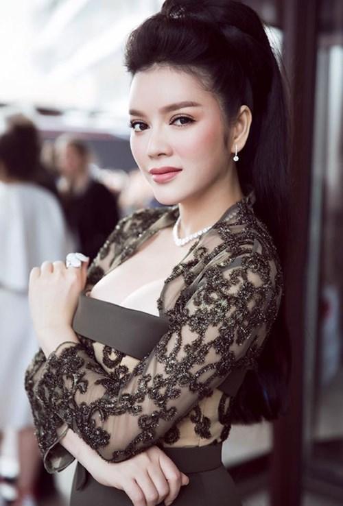 Những chiếc váy 'hoa mắt' người nhìn của mỹ nhân Vbiz