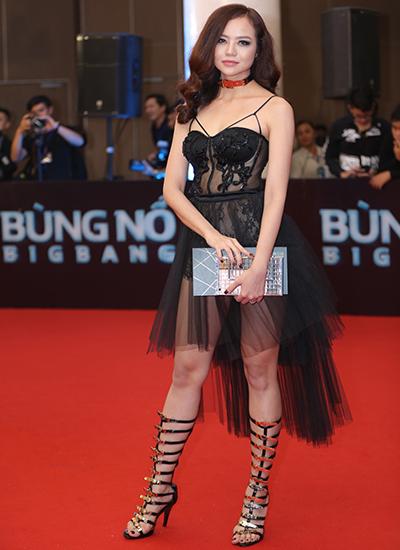 Cùng ngắm lại những bộ váy xuyên thấu trong 'Đêm hội chân dài 10'