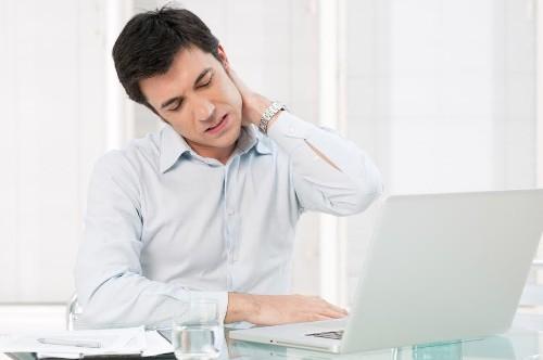 Đau gáy sau khi ngủ dậy nguy hiểm tới xương khớp