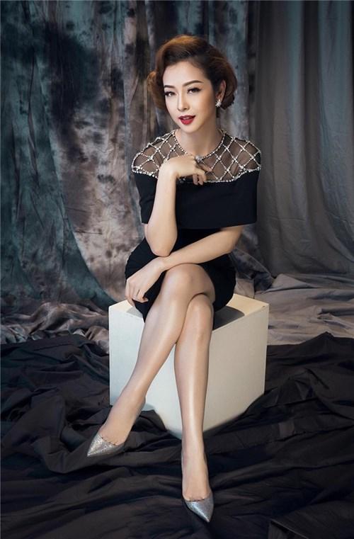 HH Jennifer Phạm ngọt ngào, mặn mà với váy áo sắc đen
