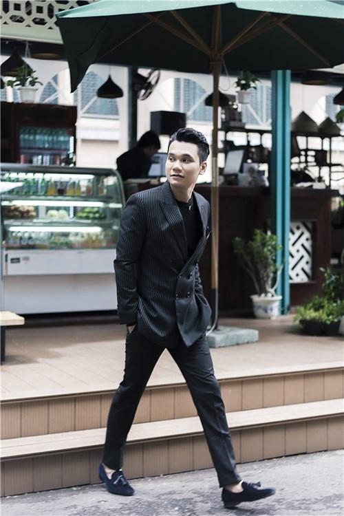 Khắc Việt lịch lãm trẻ trung với vest