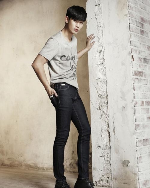 Nhìn lại thời trang nam tính của Kim Soo Hyun năm 2014