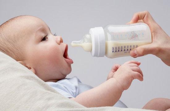 Cảnh báo: 'Trẻ có thể đột tử do bú sữa không đúng tư thế'