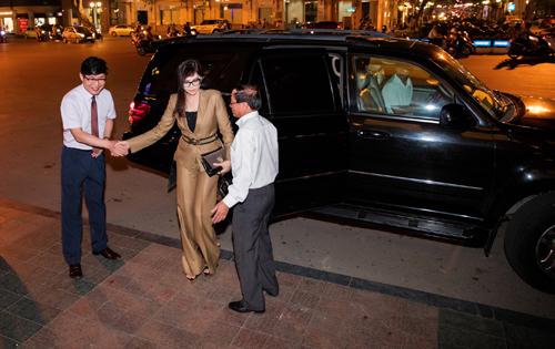 Doanh nhân Thủy Tiên diện đồ Versace sang trọng đi dự tiệc