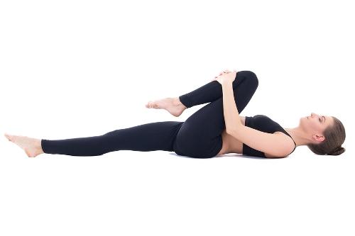 Hướng dẫn tập động tác co gối vào ngực