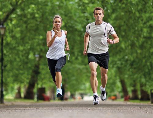 Nên chạy bộ bằng chân trần hay bằng giày?