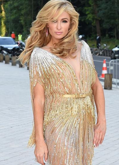 Paris Hilton phô vòng ba sexy trong váy mỏng
