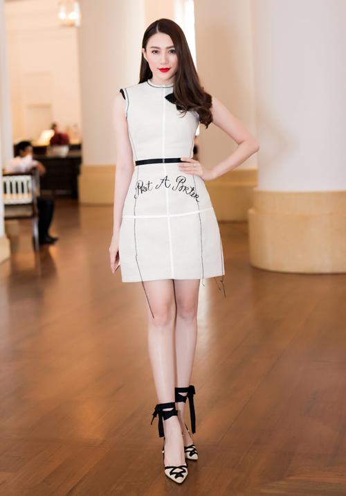 Lê Hà, Kim Chi khoe đôi chân dài miên man đi dự sự kiện