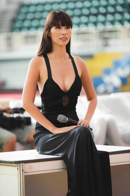 Ngắm siêu mẫu Hà Anh sexy hết cỡ khi hướng dẫn thí sinh Hoa hậu VN