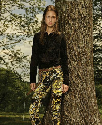 Thiết kế và giá trị hòa cùng nhịp thở giới sao của Versace Jeans