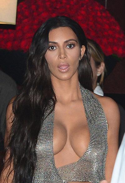 Kim Kardashian với chiếc váy thiết kế 'không thể nóng hơn'
