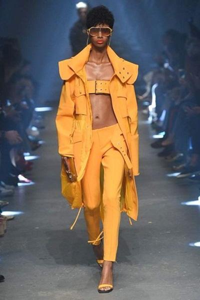 Thắt lưng che ngực - trào lưu thời trang nổi nhất ở London, New York