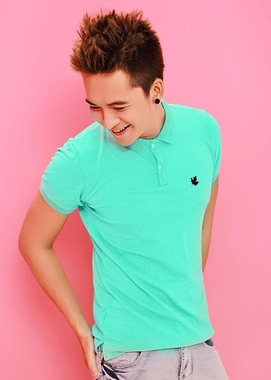 Chàng trai mùa hè nổi bật cùng áo thun sắc màu