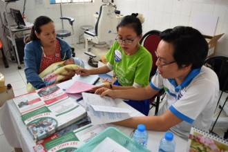 Cảnh báo: trẻ em Việt nguy cơ mù lòa cao do tật khúc xạ