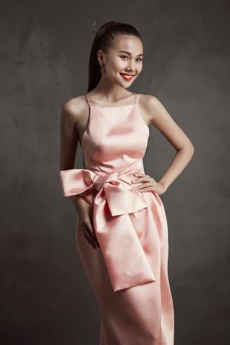 Thanh Hằng cực gợi cảm với váy xẻ sâu hút